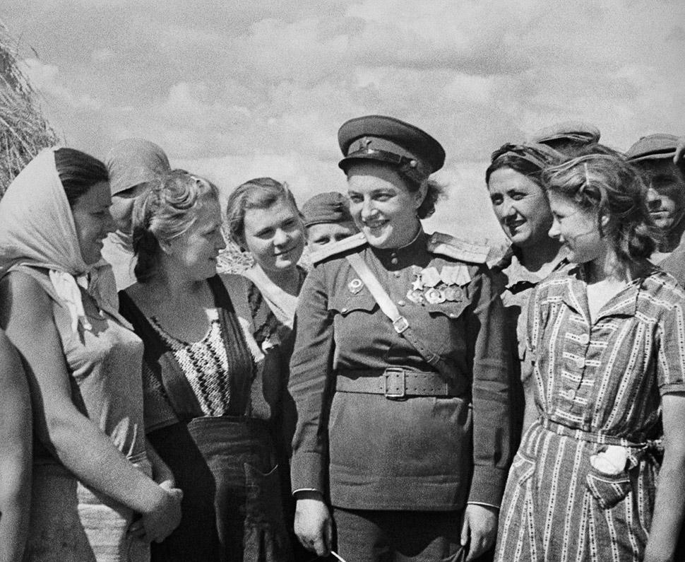 9 августа 1944 года, Людмила Павличенко посещает рабочих в Одессе. Людмила Павличенко умерла 27 октя