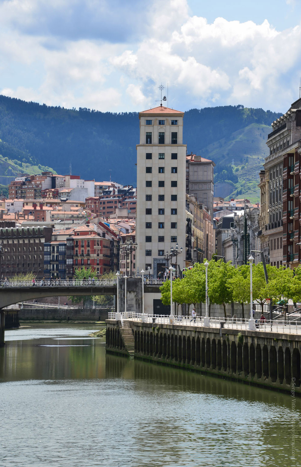 19. Разводной мост Puente del Ayuntamiento, название переводится как «мост городской Ратуши». К