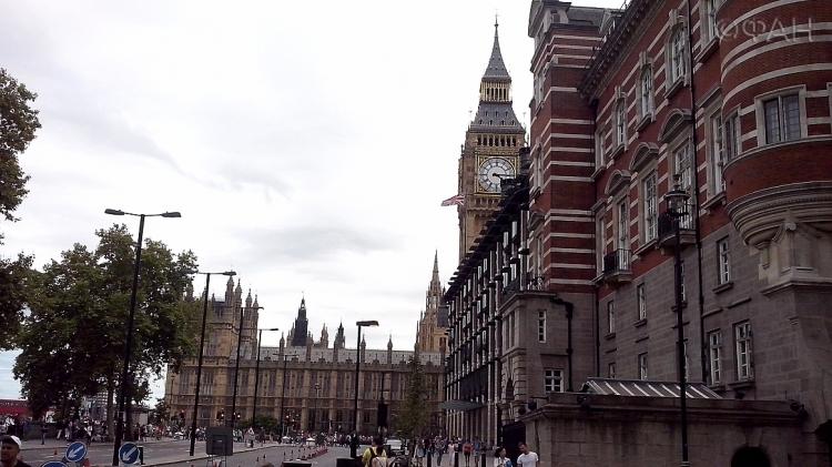 Под посольствоРФ встолице Англии принесли «оторванные» конечности