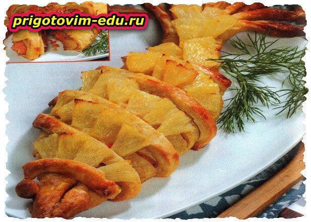 Пирог с копченой рыбой и ананасом