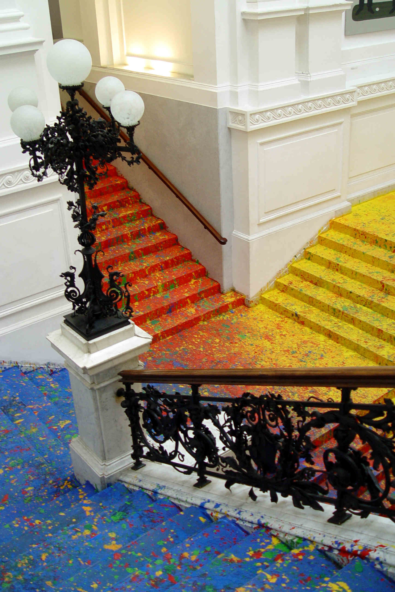 Artist Leon Tarasewicz Covers the Poland National Gallery's Great Hall Staircase in Splatter Paint (3 pics)