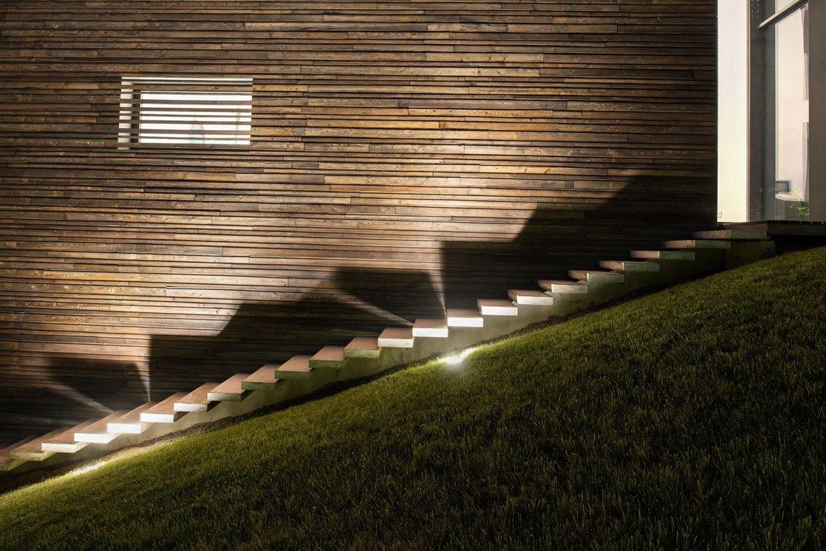 Подсветка лестницы частного дома