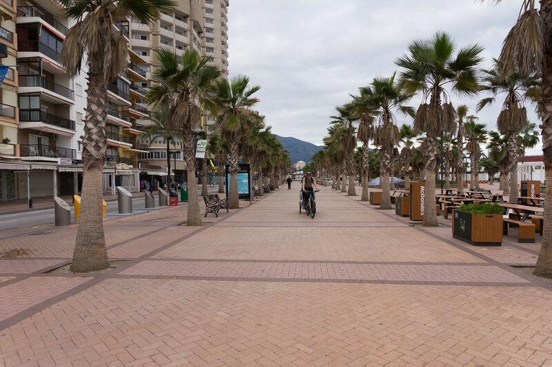 на велосипеде по набережной малаги на costa del sol