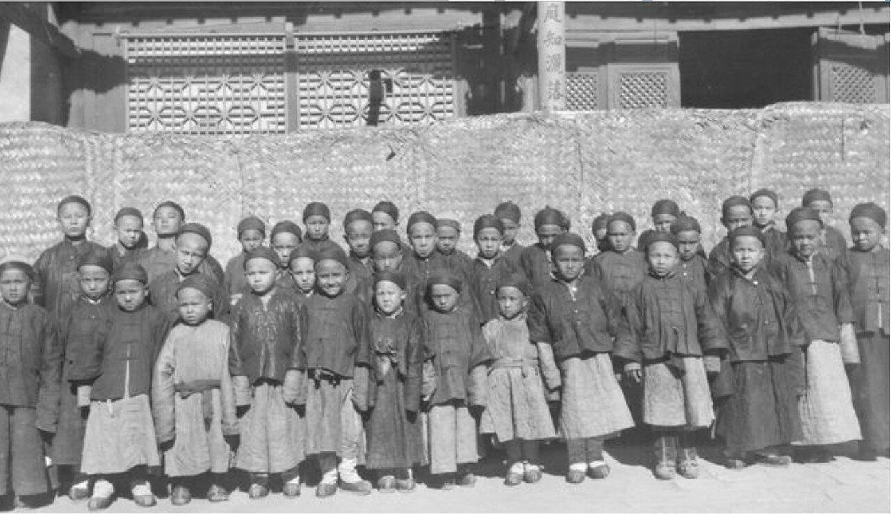 Дети возле школы