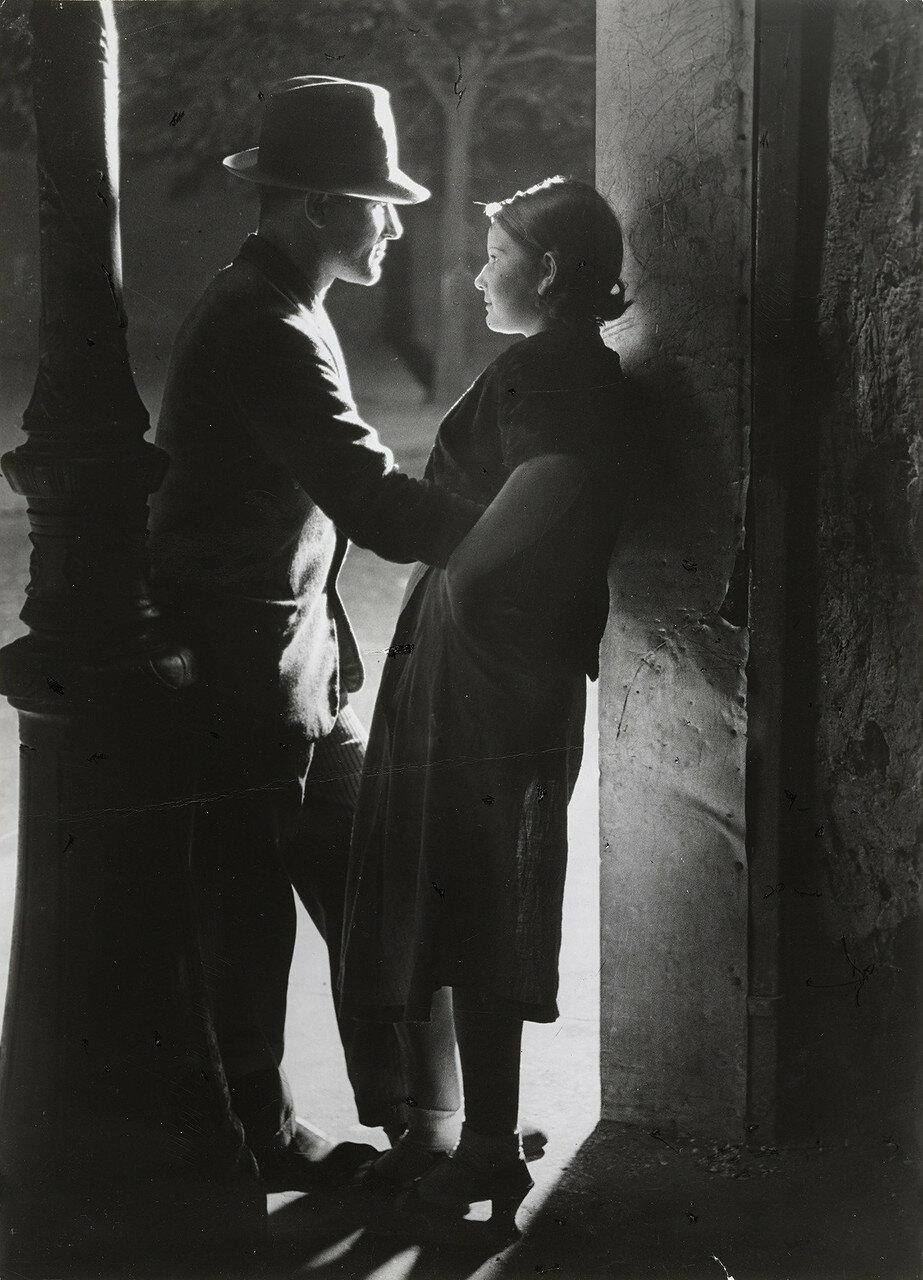 1932. Любовники под фонарем возле площади Италии