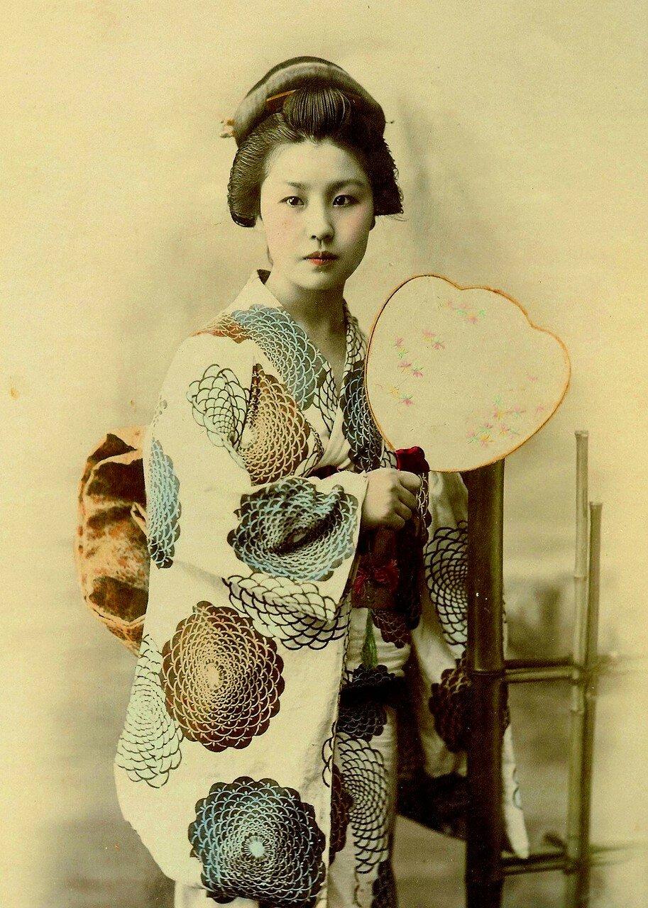 Молодая гейша в кимоно