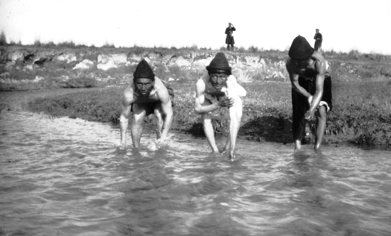 Калмыки моются перед проведением Маннергеймом антропологических измерений