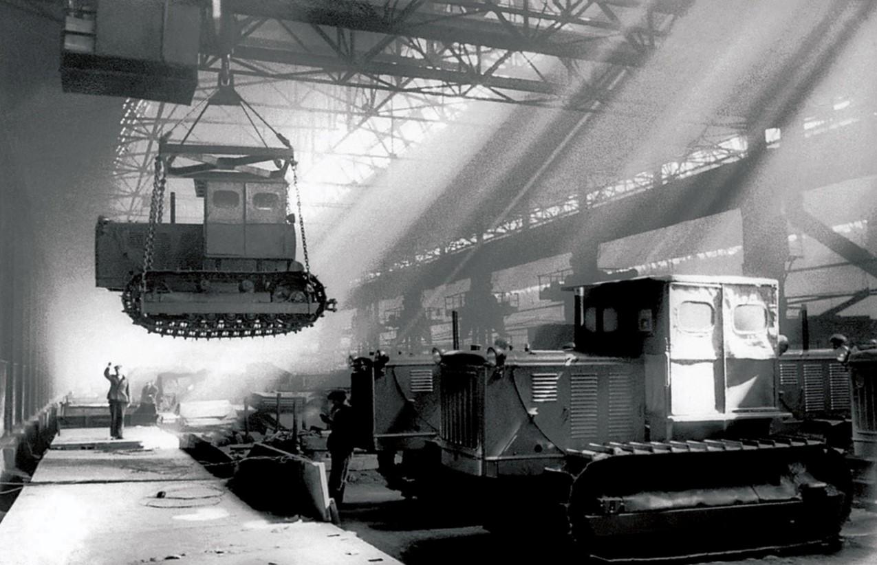 Челябинск. Кировский завод (ЧТЗ). Погрузка готовых тракторов «С-80» на железнодорожные платформы. 1948
