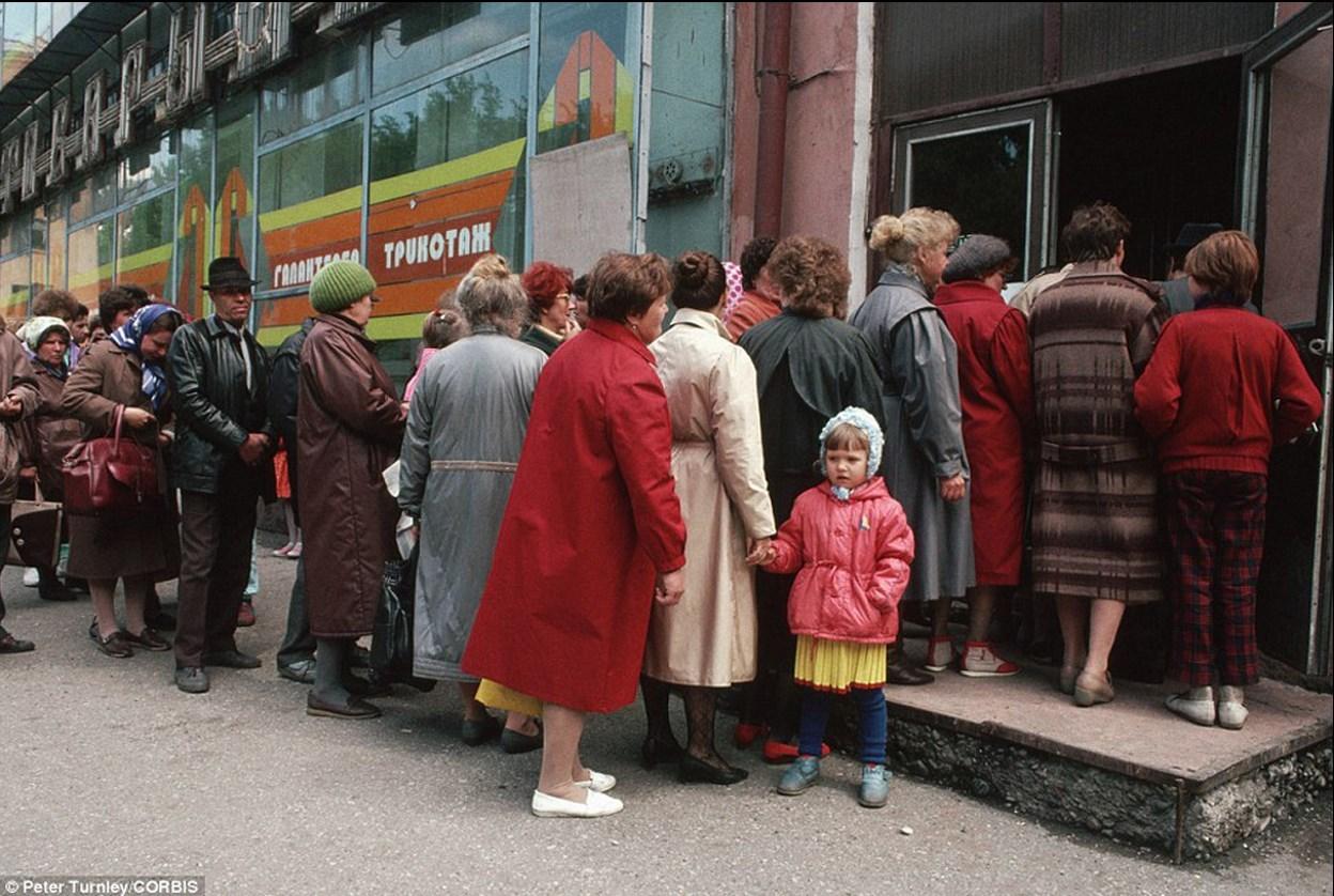 1991. Новокузнецк. Сибиряки в очереди на улице перед магазином