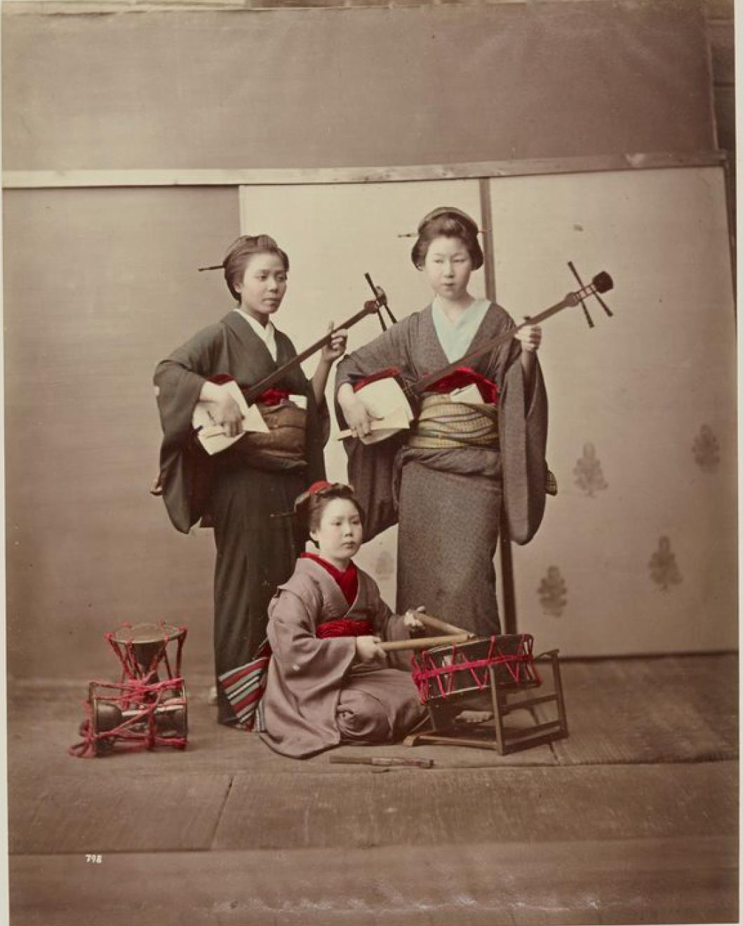 Три исполнительницы