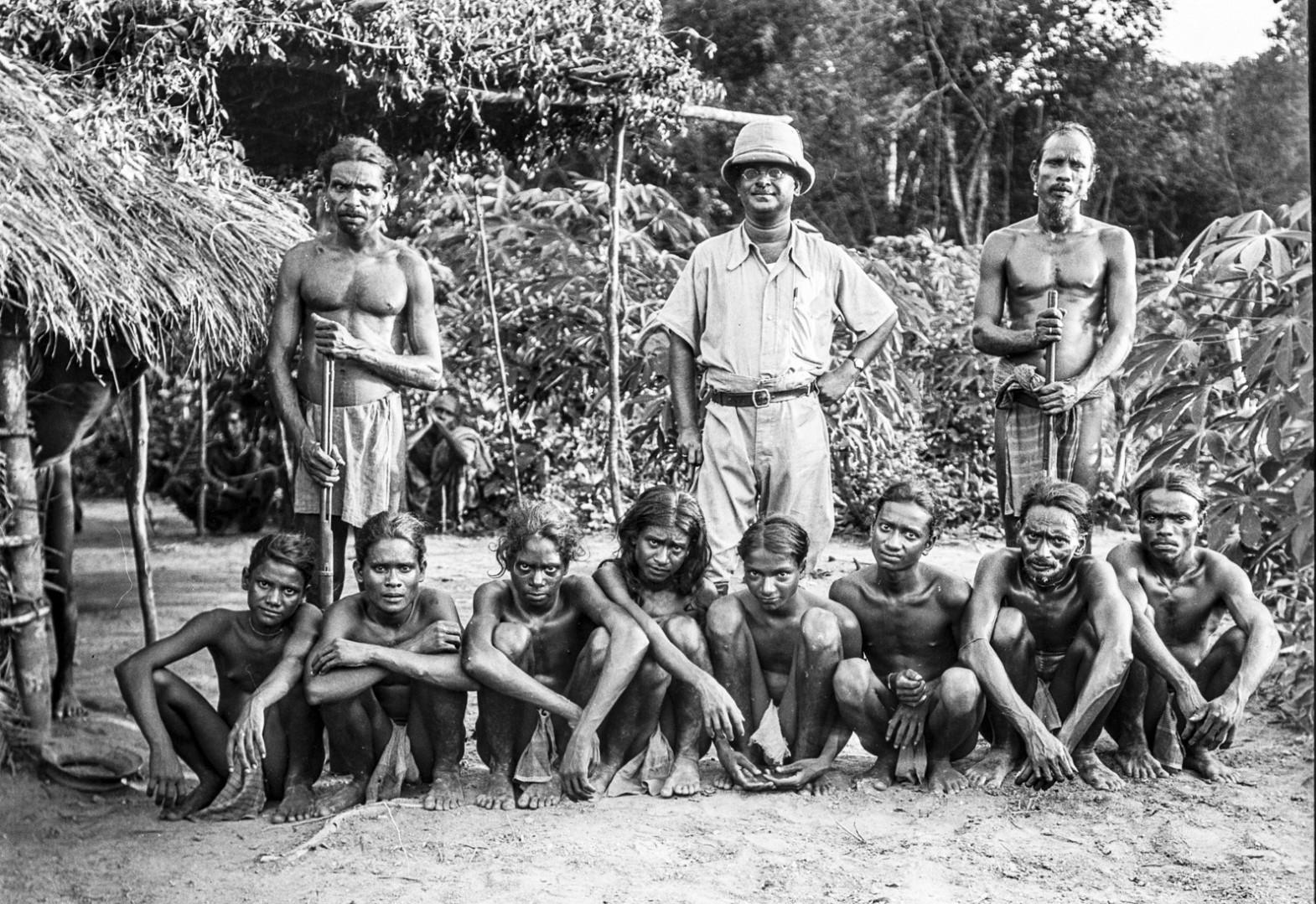 406. Местный высокопоставленный чиновник в тропическом костюме с группой веддов