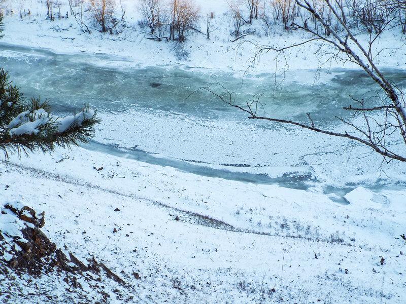 Голубой лед. Река замерзла