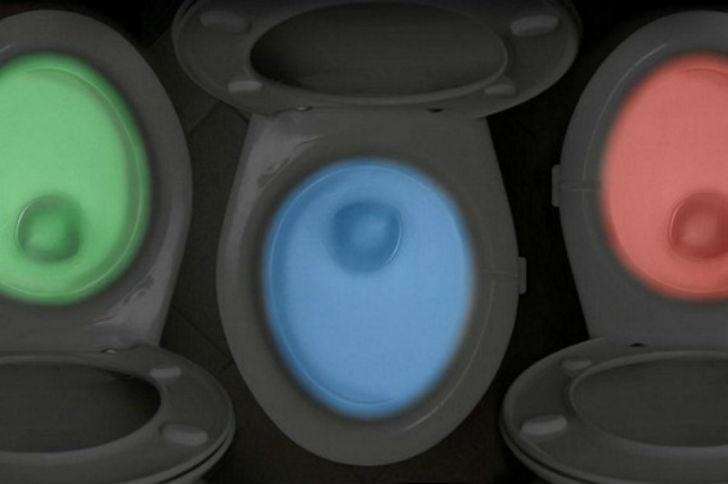Унитаз с подсветкой, которая включается при помощи датчика движения.