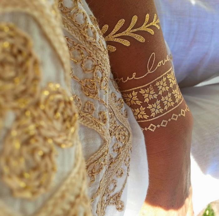 7. Золотистые браслеты-наклейки.