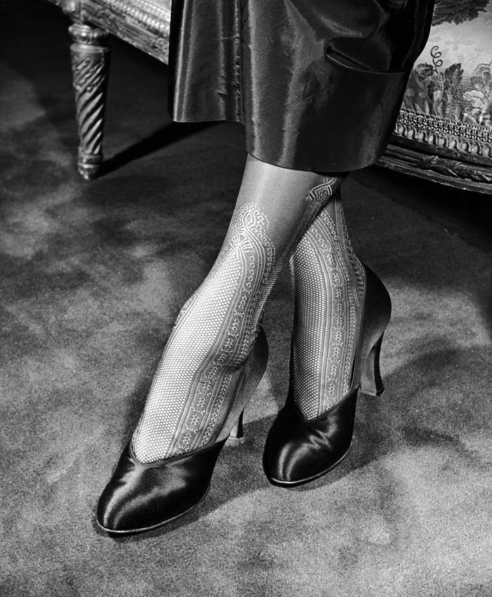 8. Кружевные чулки со вставками до середины икры и утягивающими лодыжками. 1948 год. (Nina Leen—The