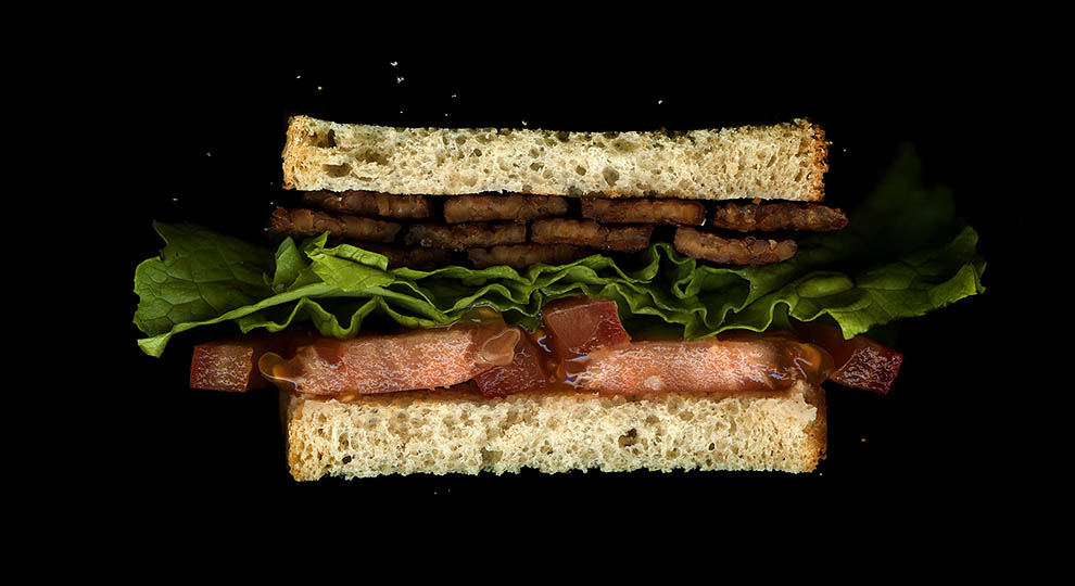 23. Темпе, латук, помидор, белый хлеб.