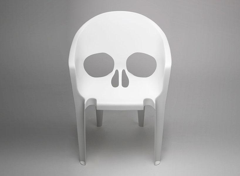 Пластиковое кресло с силуэтом черепа, авторы Studio Pool