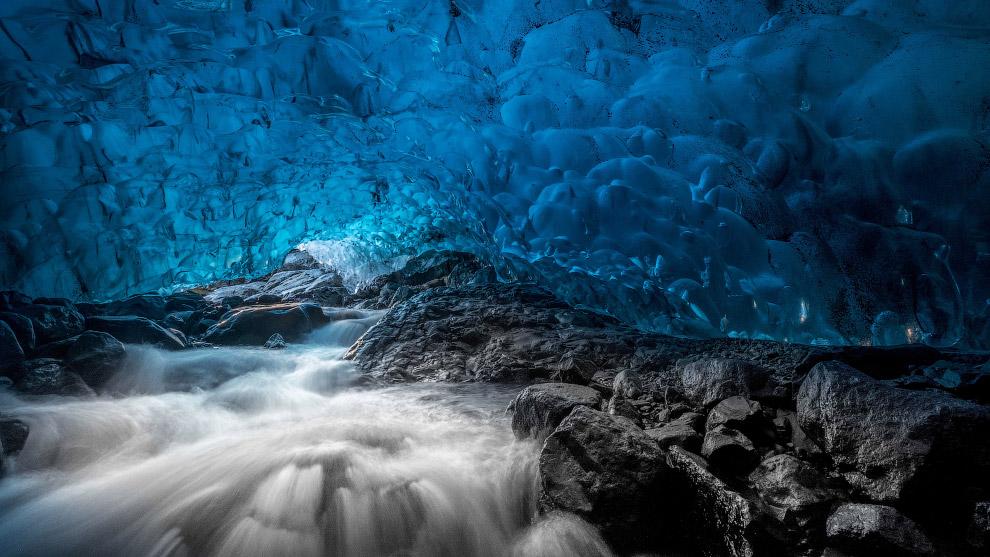 3. Под ледником, как под многими ледниками Исландии, находится несколько вулканов. (Фото Einar