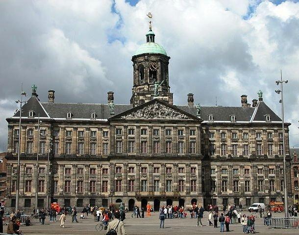 2. Королевский дворец в Амстердаме, Нидерланды Общая площадь Королевского дворца, расположенного на