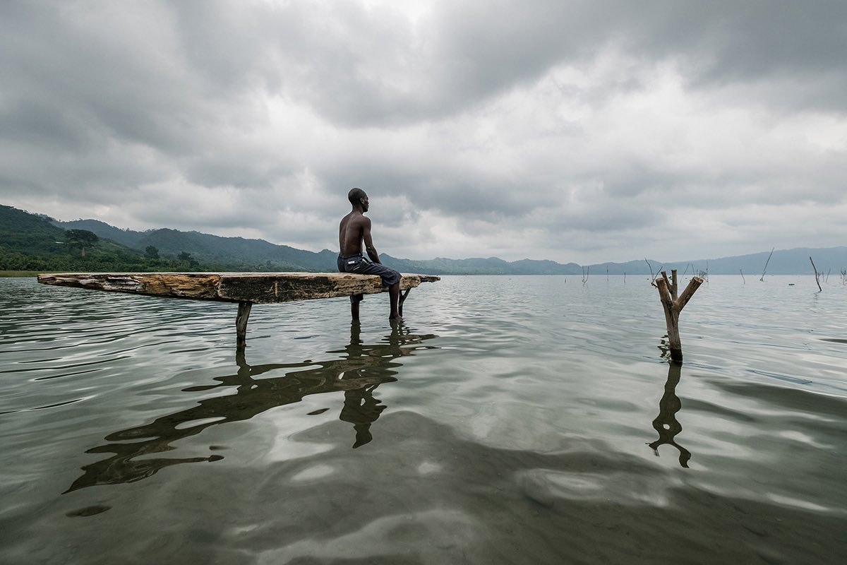 Джоэл Сантуш, Португалия. Победитель конкурса Travel Photographer of the Year 2016. Рыбак на озере Б