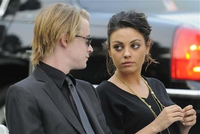 2009 год. С бывшей девушкой — актрисой Милой Кунис.