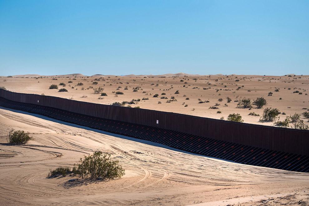 29. На границе нельзя купаться. (Фото Jim Watson):