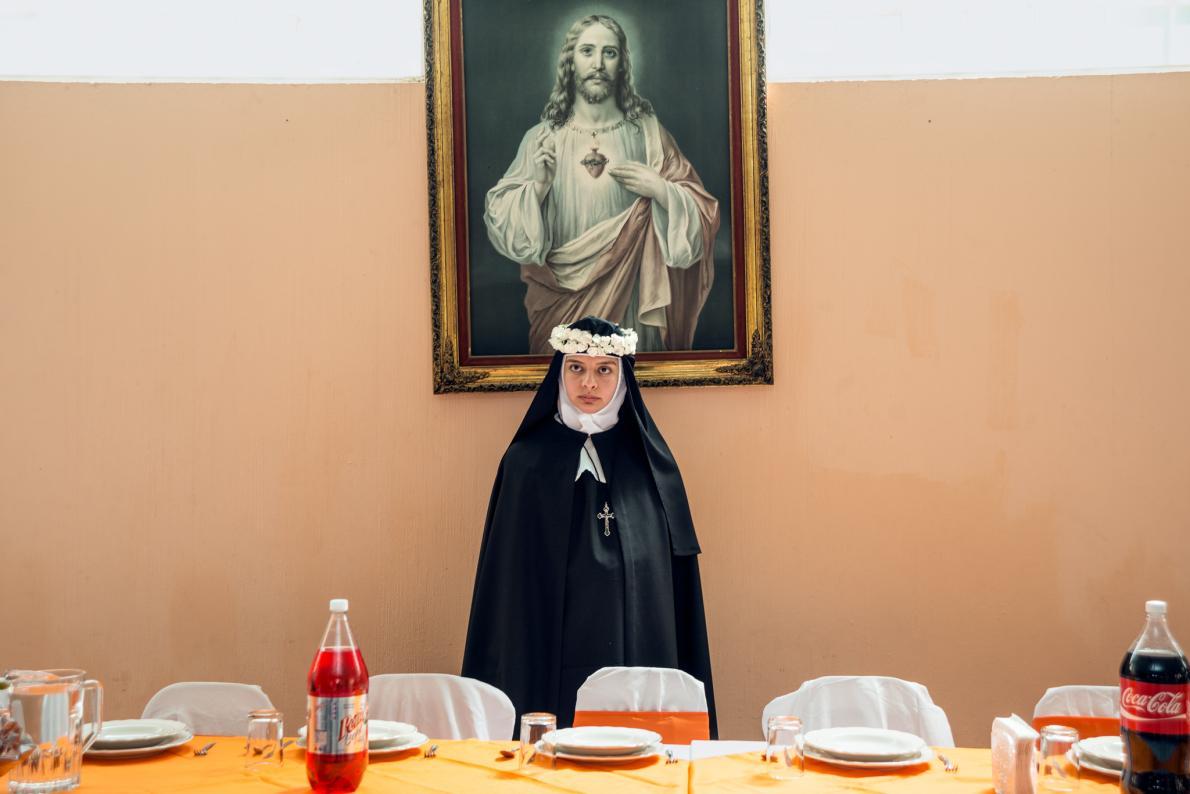 Сестра Рубицелия стоит возле праздничного стола перед началом банкета. Она говорит, что впервые услы