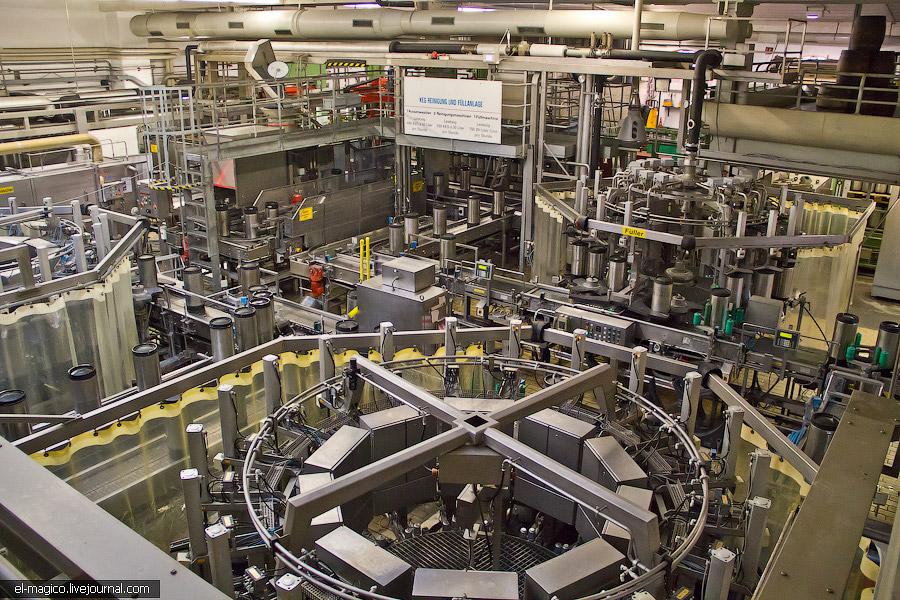 Немногие люди, которые работают на заводе: