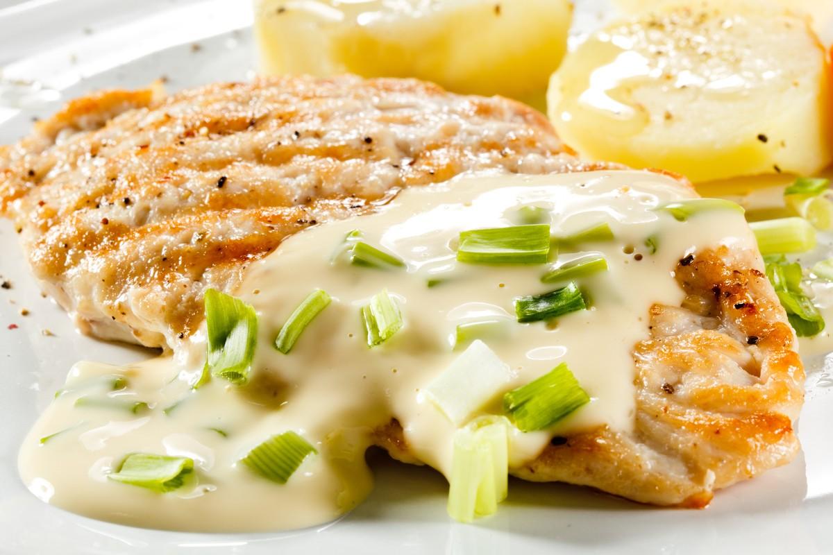 Курица в сырном соусе Ингредиенты: куриное филе — 1 шт. твердый сыр — 120 г лук — 1 шт. чеснок — 1 з