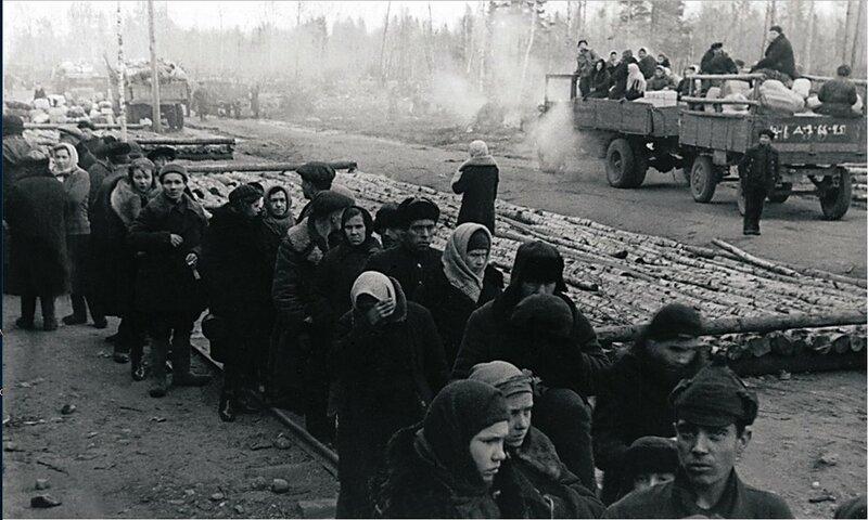 Очередь жителей блокадного Ленинграда за получением пищи. Станция Борисова Грива.