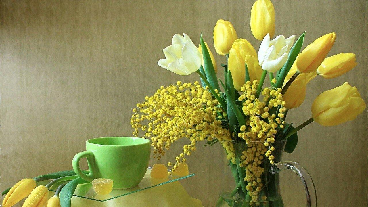Фото цветы на столе в вазе