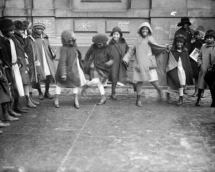 historical-children-playing-photography-125-58ac111525bdc__700.jpg