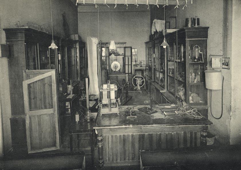Владимирская губернская мужская гимназия. Физический кабинет. Фото. 1913.jpg