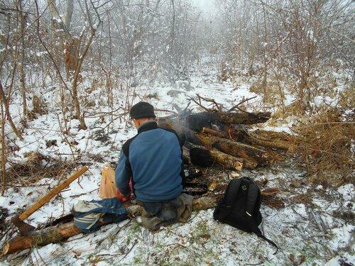 В условиях походных, у костра, с велосипедом, снег ... DSCN0306.JPG