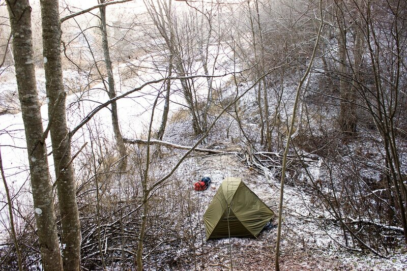 палатка на берегу реки оредеж