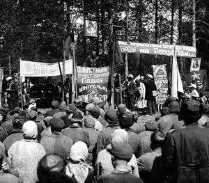 Митинг по окончании лесосплава. Миньярский район. Перевыполнение норм трудпоселенцами поощрялось. За хорошую работу часть трудпоселенцев восстанавливалась в гражданских правах.