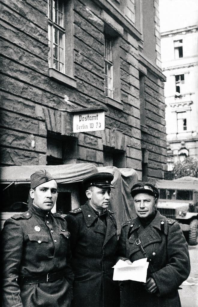Участники штурма Берлина у здания почты