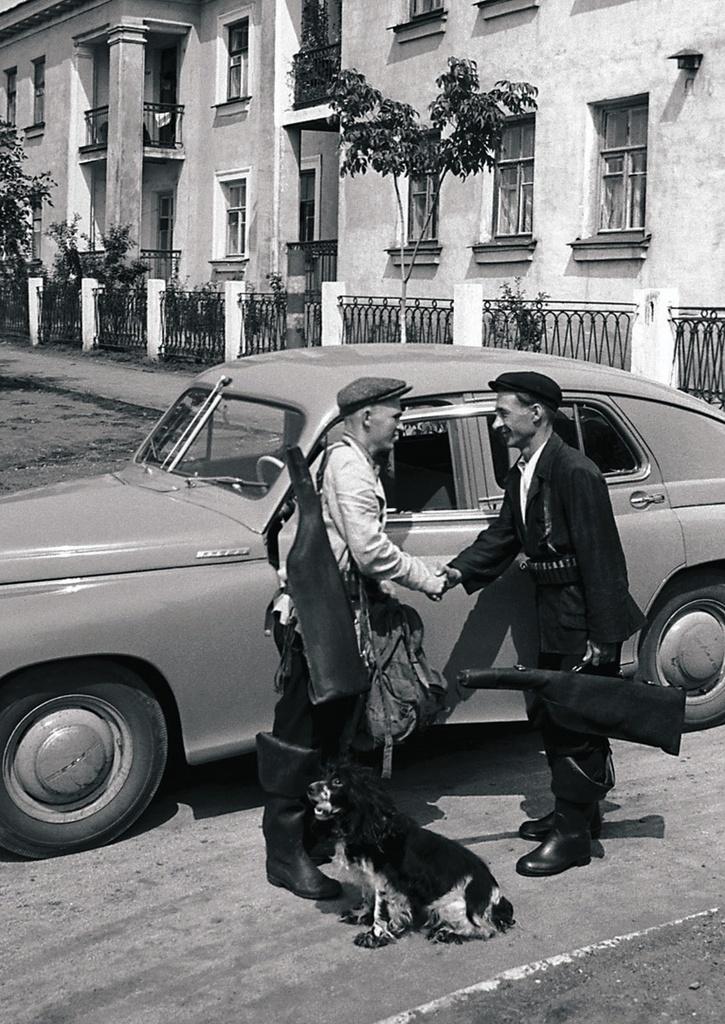 Челябинск. Рабочие кузнечного цеха ЧТЗ Иван Жуков (слева) и Николай Кудрявцев отправляются на охоту в воскресный день на личной машине Жукова (1956)