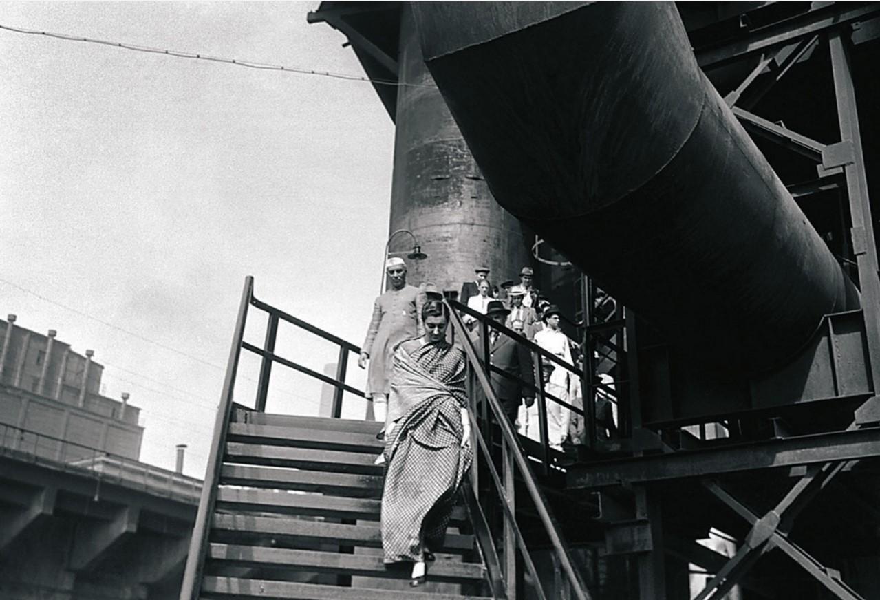 Магнитогорск. Индийская делегация осматривает доменный цех (1955)