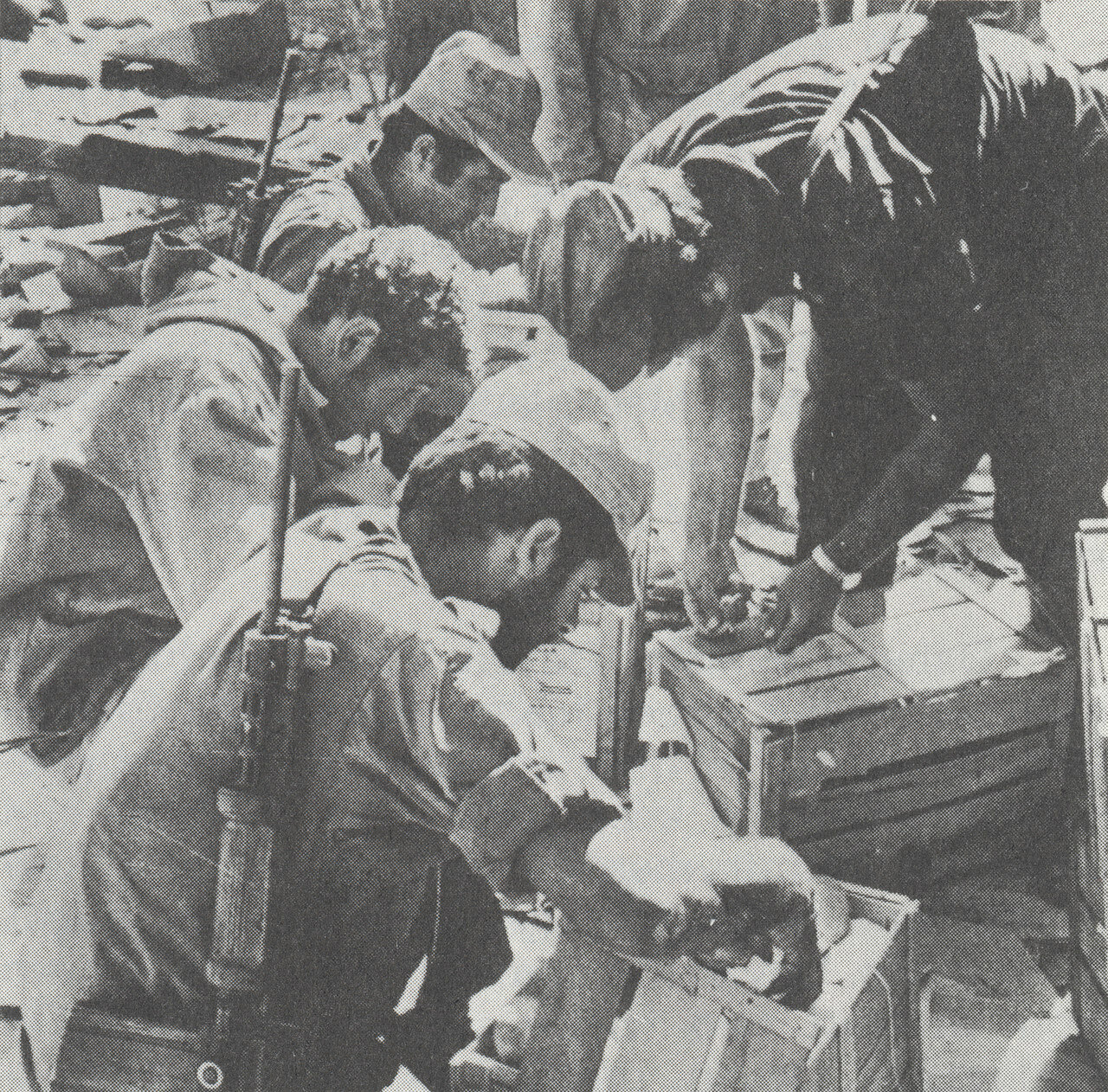 Израильтяне осматривают трофеи, захваченные у египетской армии