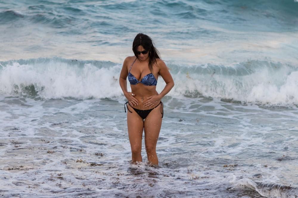 Клаудия Романи позирует на пляже