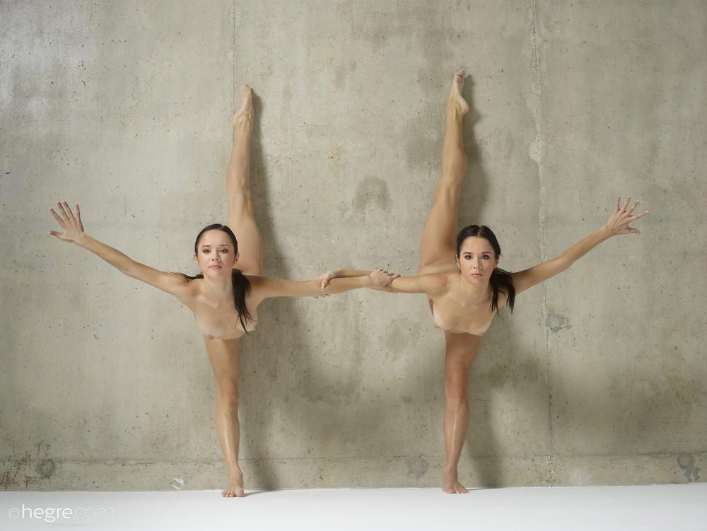 Обнаженные Джульетта и Магдалена выполняют акробатические этюды