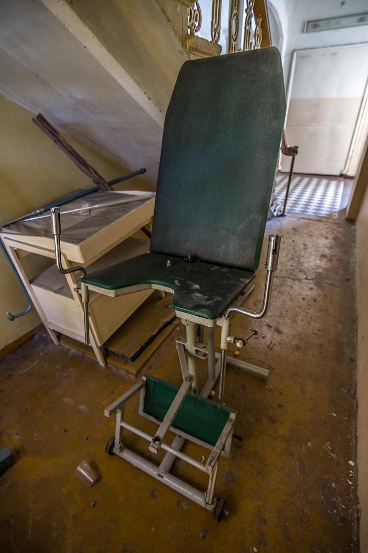 20. Под лестницей обнаружилось полуразобранное гинекологическое кресло.