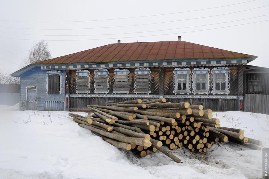 3. Люди живут здесь просто. Честно трудятся. Заготавливают лес, который потом пустят на деревянную у