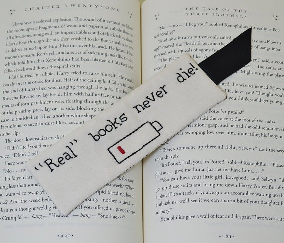 Необычная закладка: «Настоящие книги никогда не умирают!»