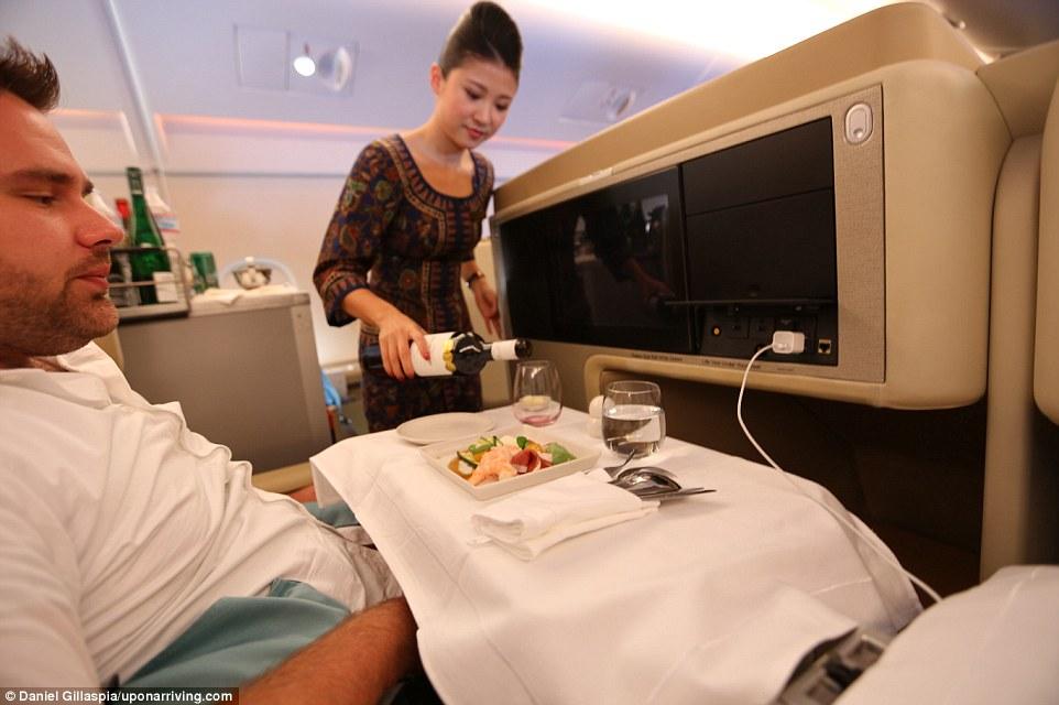 Первая часть путешествия — перелет из Лос-Анджелеса в Токио бизнес-классом авиакомпании Singapore Ai