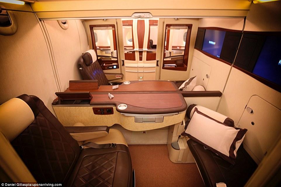 Две прилегающие кабины первого класса на борту самолета Singapore Airlines можно объединить, чтобы с