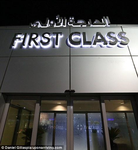 …а также отдельный вход для пассажиров первого класса.