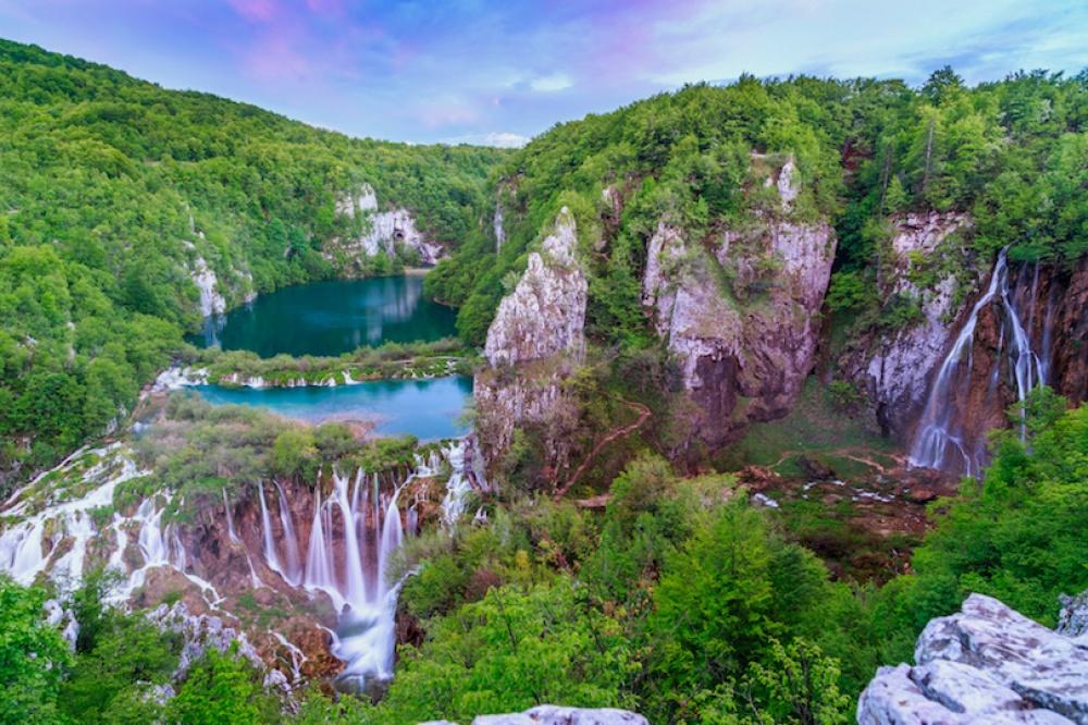 © touropia  Включает всебя 16красивых карстовых озер, соединенных между собой водопадами.