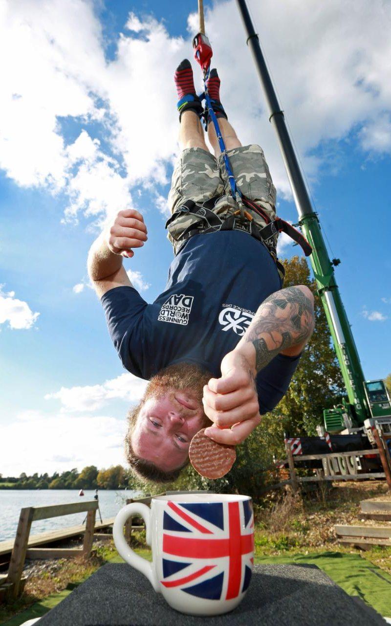 24-летний Саймон Берри, банджи-джампер из города Шеффилд, прыгнул с веревкой с рекордной высоты в 70